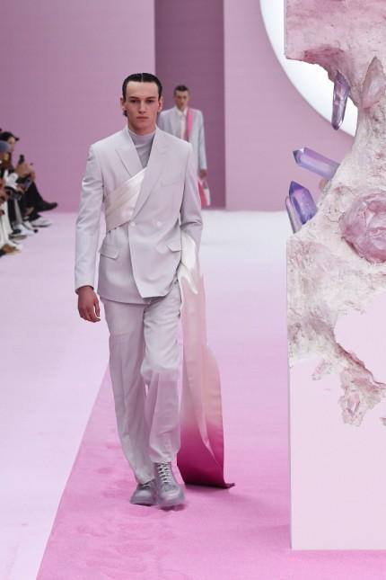 Paris Fashion Week: Der neue Mann - zu diesem Schlagwort hatte in Paris jedes Label seine eigene Idee. Eine Gemeinsamkeit gab es: Sinnlichkeit! Hier ein Entwurf von Dior Homme.