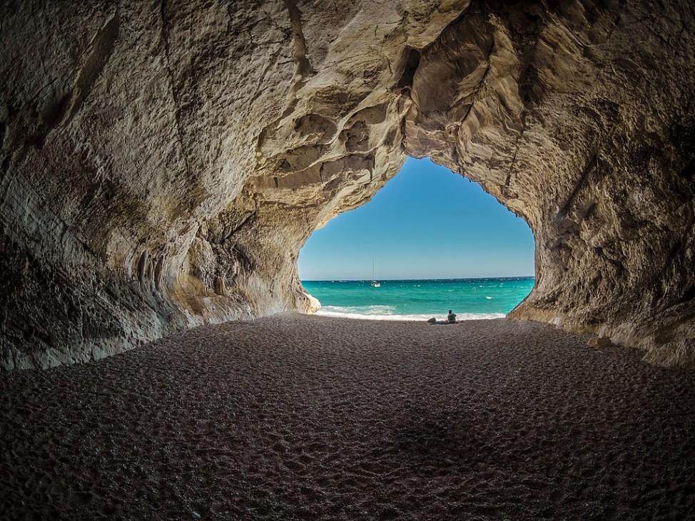 Die Bucht Cala Luna liegt auf Sardinien in Italien.