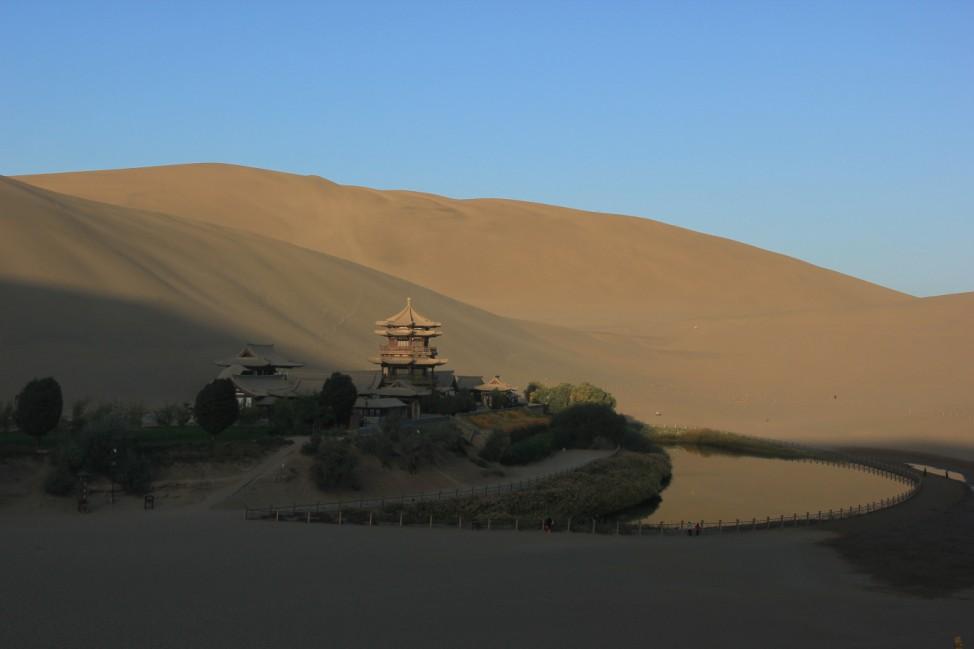 Der Mondsichelsee ist ein Dünensee in der Wüste Gobi in China.