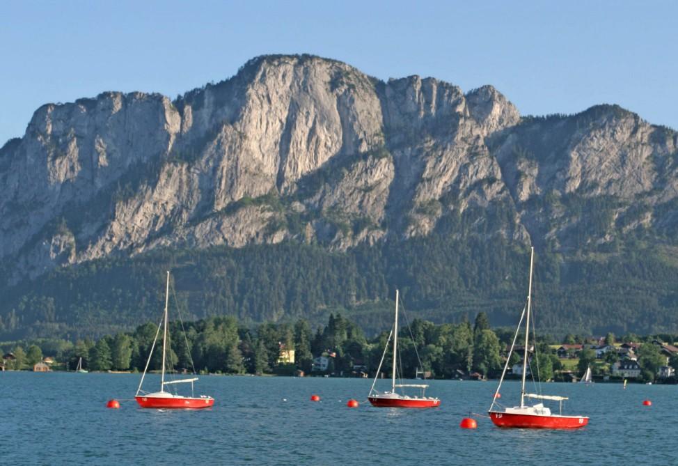 Der Mondsee liegt in Österreich im Salzkammergut.