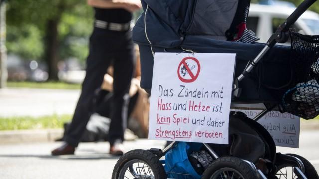Demonstration gegen rechte Hetze Unter dem Moztto Rechte Hetze tötet Geistige Brandstifter bennen