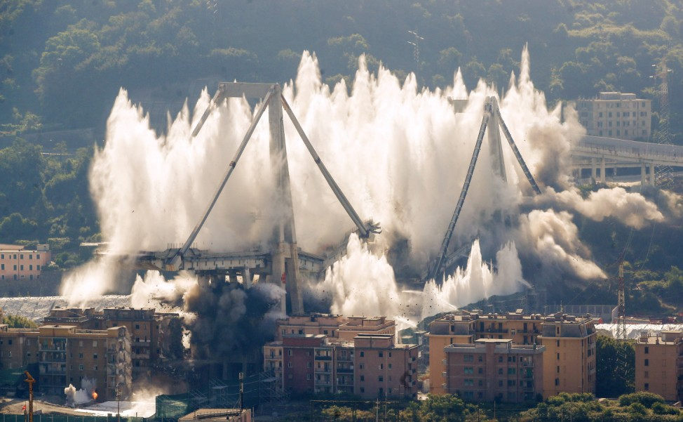 Reste der  Morandi-Brücke in Genua gesprengt
