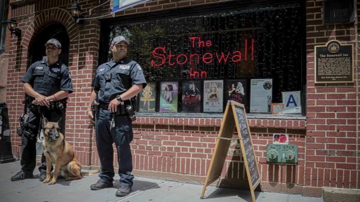 """50 Jahre Aufstand in der Christopher Street: Polizisten vor der Tür des """"Stonewall Inn"""" im Juni 2019. Die Bar zog mehrmals um, der Name steht seit der Razzia vor 50 Jahren für """"Gay Pride""""."""