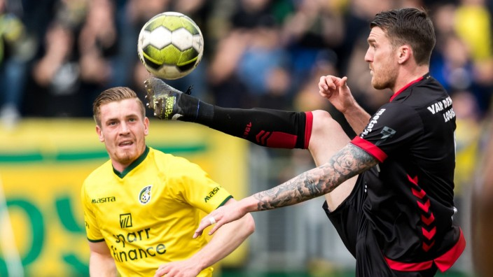 L R Wessel Dammers of Fortuna Sittard Arne Naudts of Helmond during the Jupiler League match betw; Fußball