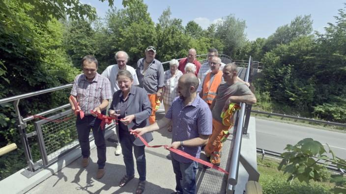 Pullach: Pullachs Bürgermeisterin Susanna Tausendfreund durchschneidet das rote Band zur Eröffnung der neuen Fuß- und Radwegbrücke.