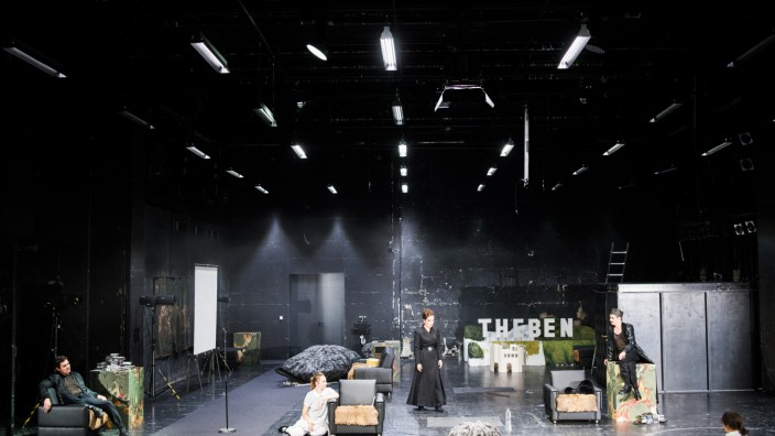 """Schauspiel: Raumgreifendes Spiel: Timocin Ziegler, Ines Hollinger, Mara Widmann, Nicolas Streit und Nina Steils in """"Alles Weitere kennen Sie aus dem Kino""""."""