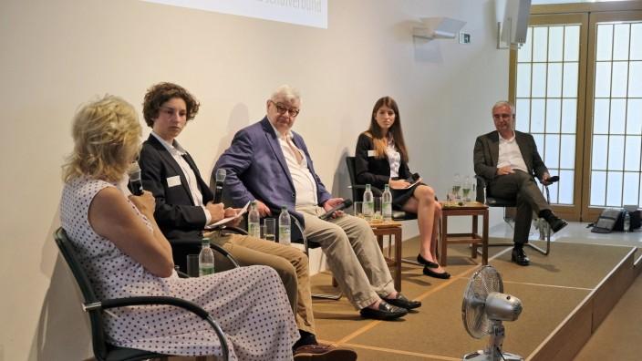 Schüler fragen, Promis antworten: Susanne Porsche (li.), Joschka Fischer (Mitte) und Paul Achleitner (re.) diskutieren mit den Gymnasiasten in Icking über Werte.