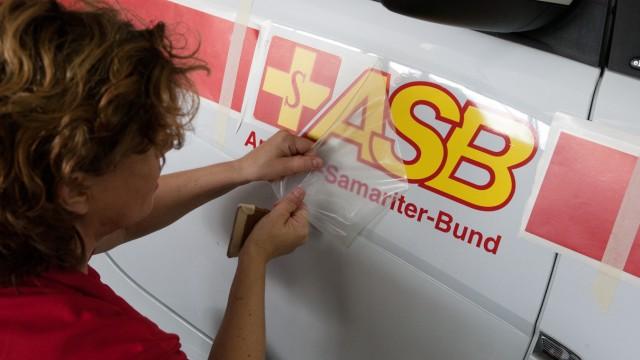 Arbeiter-Samariter-Bund,  Adi-Maislinger-Str. Dort werden die E-Smarts mit dem Logo des ASB beklebt.