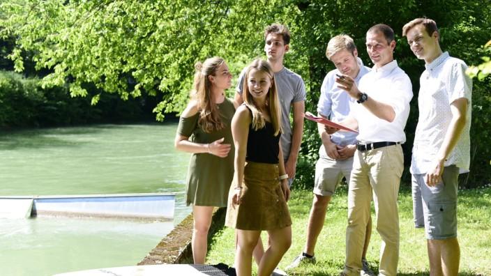 Englischer Garten: Grüne Energie und Surfspaß planen Robert Meier-Staude (Zweiter von rechts) und seine Studenten.