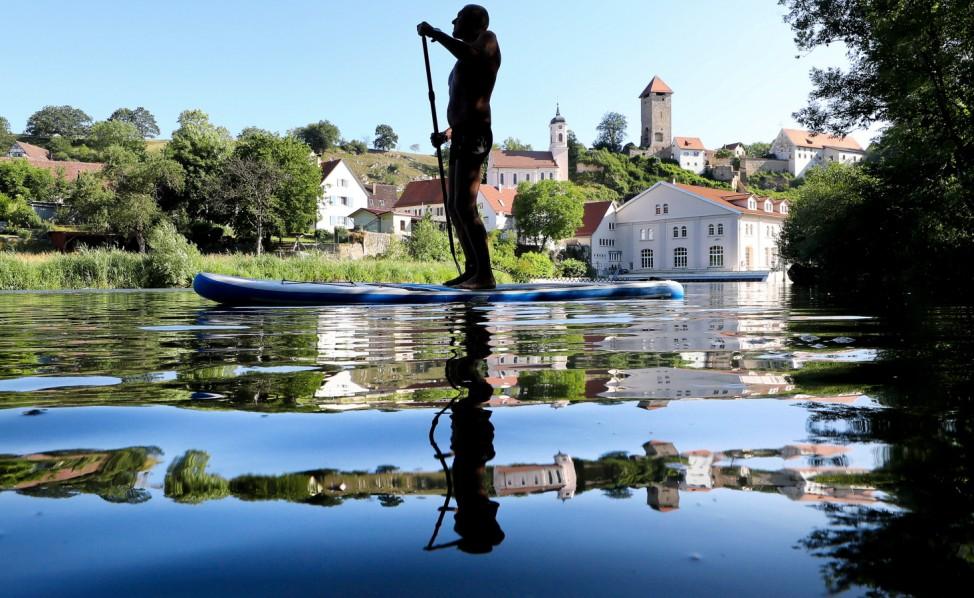 Stand-up Paddler auf der Donau