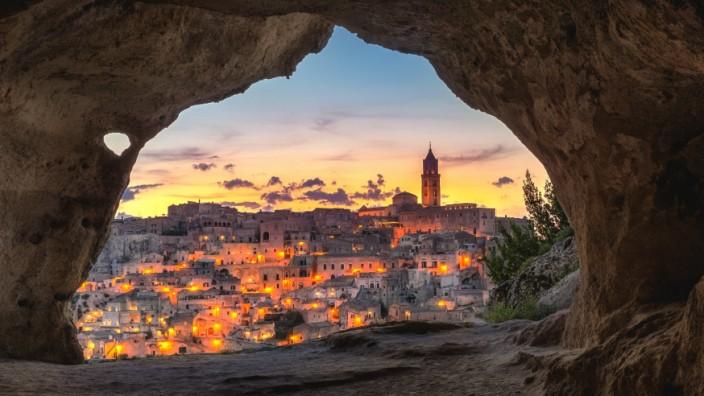 Blick auf die italienische Stadt Matera bei Sonnenuntergang