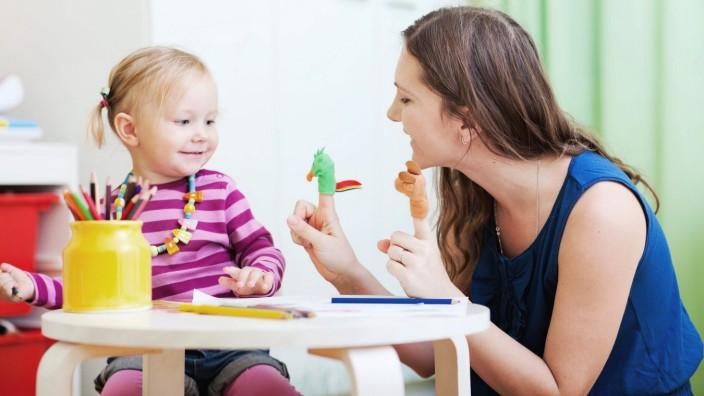Mutter und Tochter spielen mit dem Finger Spielzeug BLWX079305 Copyright xblickwinkel McPhotox Alex
