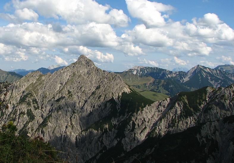 Die Montscheinspitze ist ein Berg im Karwendel in Österreich.