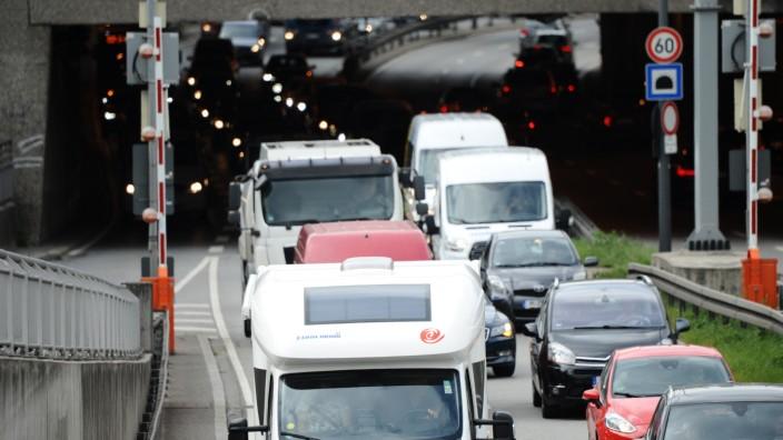 Nahverkehr in München: Warten in der Blechlawine: Der Dienstagmorgen für Autofahrer in München.