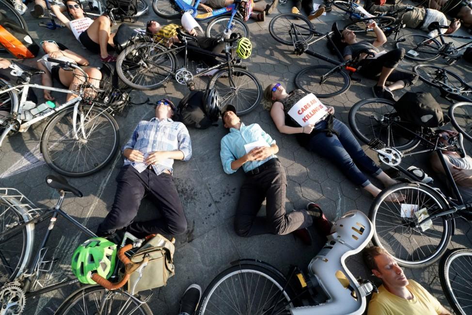 """Kurz tot: New Yorker machen bei einem """"Die In""""-Protest auf die gefährliche Verkehrssituation für Radfahrer in Manhattan aufmerksam."""