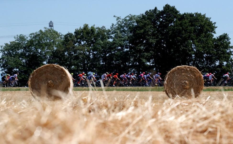 Runde Sache: Die Fahrer auf der 5. Etappe der Tour de France von Saint-Dié-des-Vosges bis Colmar.   Tour de France - The 175.5-km Stage 5 from Saint-Die-des-Vosges to Colmar