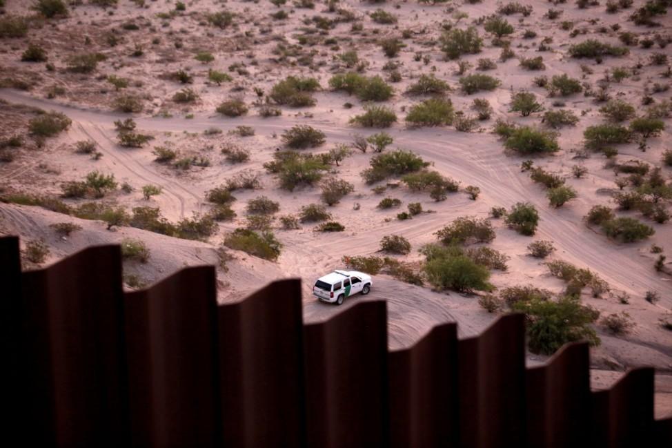 Da drüben: Ein Auto der Grenzkontrolle am Zaun zwischen den USA und Mexiko. Das Bild wurde von der mexikanischen Seite der Grenze aufgenommen.
