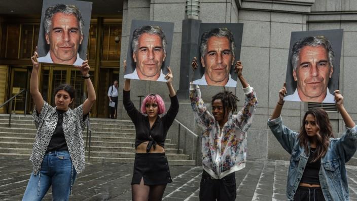 USA - Demonstrantinnen in New York halten Porträts des Sexualstraftäters Jeffrey Epstein hoch