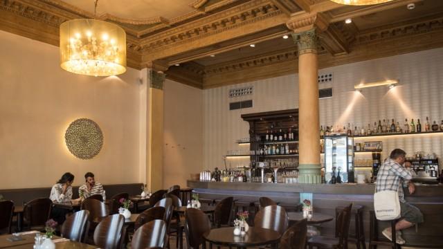 Tische und Bar im historischen Café Altschwabing.
