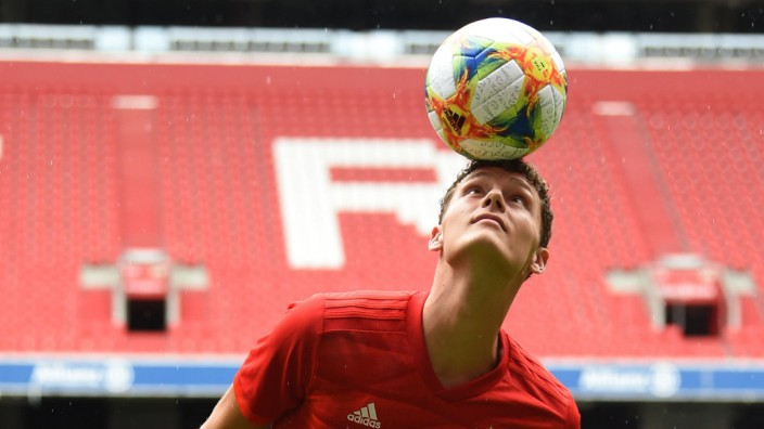 Pavard beim FC Bayern: Weltmeister Benjamin Pavard stellt sich beim FC Bayern mit ein paar Kunststücken vor.
