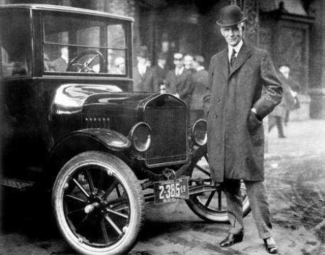 Henry Ford mit dem Ford T-Modell 1921