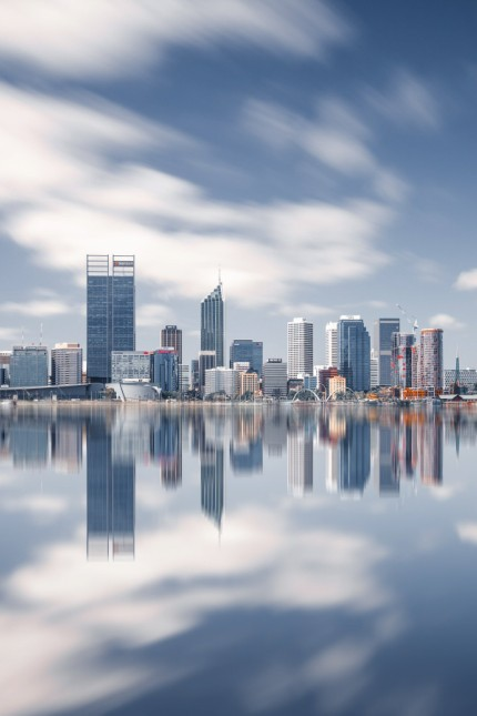 Skyline von Perth Australien Reisen Travel die Skyline von Perth vom Swanriver aus gesehen Lang