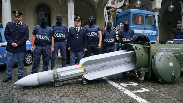 Polizisten beschlagnahmen Rakete in Italien