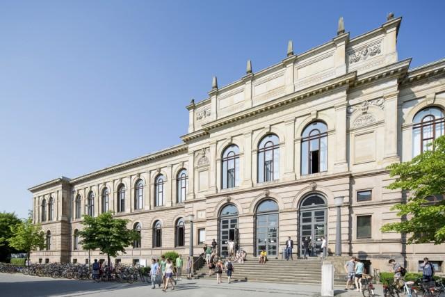 Studierende vor dem Altgebäude; Braunschweig Technische Universität