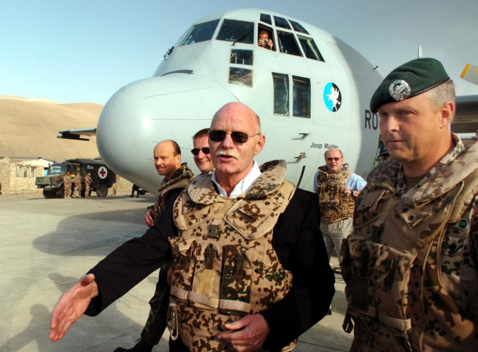 Peter Struck in Afghanistan, 2004