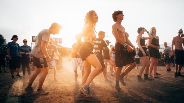 freunde auf einem festival