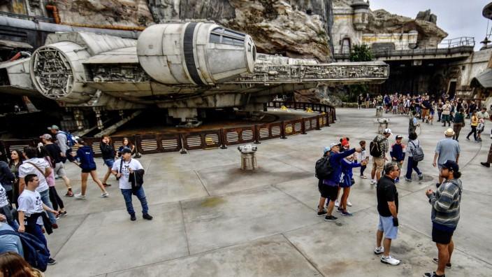 Disneyland - Besucher vor dem Millennium Falcon