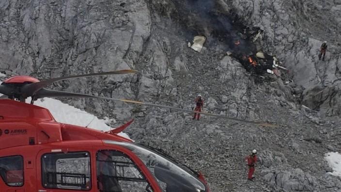 Flugzeugabsturz in Tirol - Rettungskräfte stehen an der Unfallstelle im Wettersteingebirge