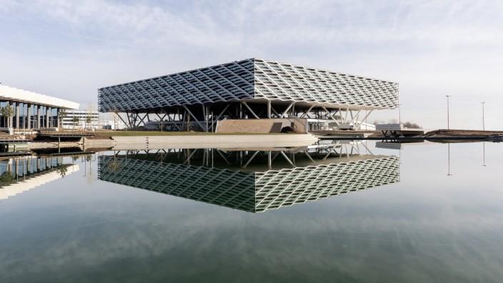 Unternehmen: Wie ein Fußballstadion steht die vom Architekturbüro Behnisch geplante Arena, das größte und letzte Gebäude der World of Sports, auf Stelzen.
