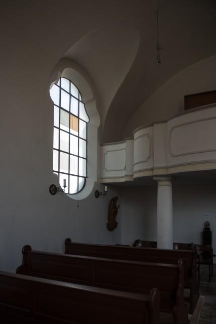 Glasfenster und Bildstock alte  Kirche. St. Christoph