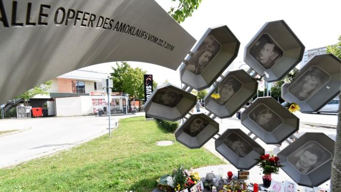 Bayerisches Innenministerium: Blumen, Kränze, Kerzen und Bilder der Ermordeten erinnern am Mahnmal Hanauer Straße an die neun Opfer des OEZ-Anschlags vor drei Jahren.