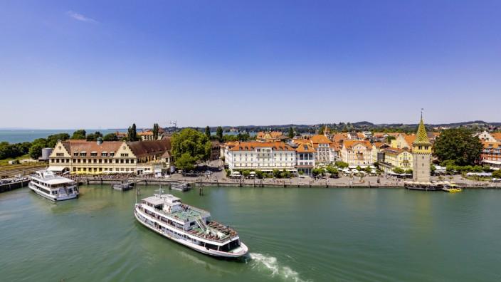 DEU Deutschland Lindau Bayern 04 07 2019 Das Kursschiff MS Karlsruhe bei der Einfahrt in den Ha
