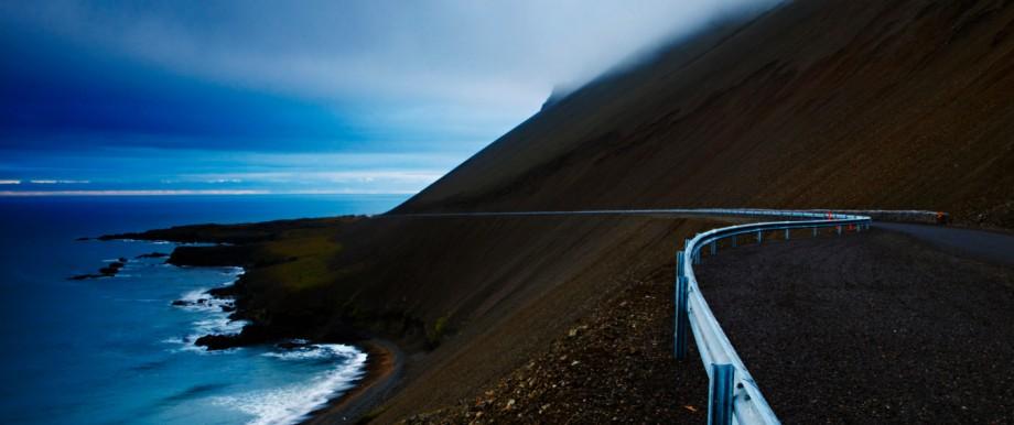Islands Ringstraße, im Bild die schwarzen Klippen von Djúpivogur, kann man bei guter Planung auch im Elektroauto befahren.