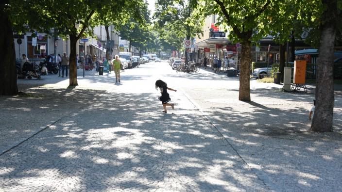 Zweite Stammstrecke: Die Idylle bleibt doch: Ein Kind spielt am Orleansplatz, wo lange der neue Bahnhof für die zweite S-Bahn-Stammstrecke geplant war.