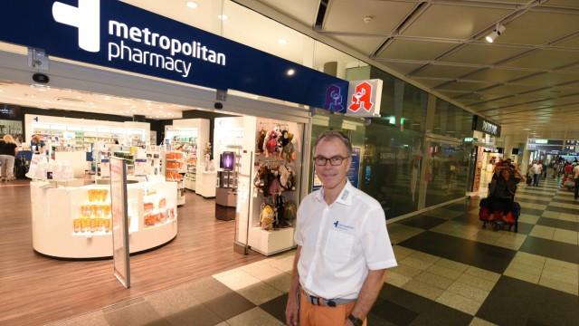 Wirtschaft: Walter Maria Verfürth, 62, ist einer der Ladenmieter am Flughafen. Er besitzt dort vier Apotheken.
