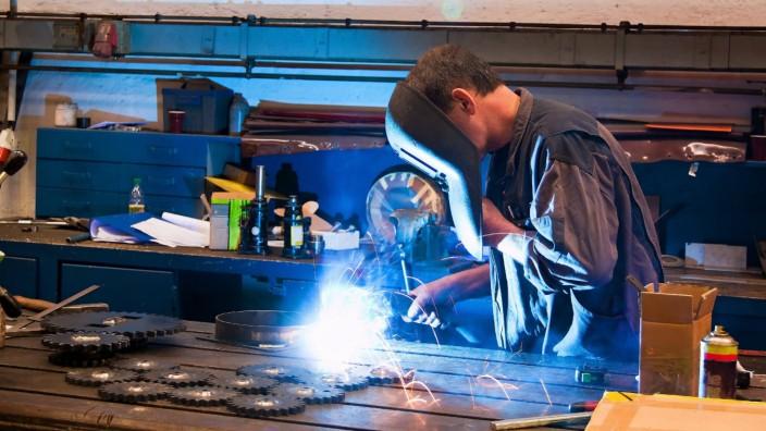 Schweisser in Werkstatt in der Metall Industrie BLWX016862 Copyright xblickwinkel McPhotox ErwinxWo