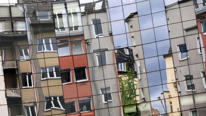 Wohnhäuser in der Kölner Innenstadt spiegeln sich in einer Glasfassade Köln 01 05 2018 *** Residen
