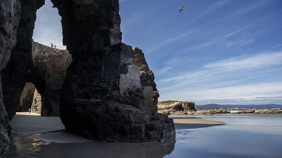 Am Kathedralenstrand in Galicien in Spanien stehen ungewöhnliche Felsformationen.