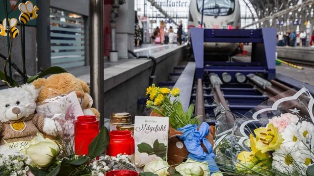 Frankfurter Hauptbahnhof - Blumen erinnern an einen Jungen, der vor einen Zug gestoßen wurde