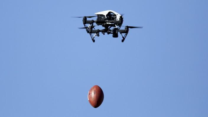 Drohne wirft American Football