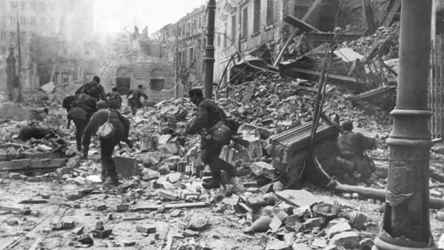 Deutsche Soldaten bei Kämpfen während des Warschauer Aufstands, 1944