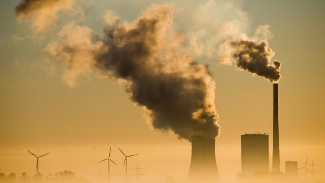 Kohlekraftwerk Mehrum und Windräder produzieren Strom