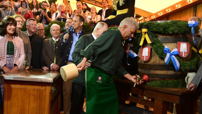Im Schottenhamel-Zelt auf dem Oktoberfest zapft Münchens Oberbürgermeister die erste Mass an.