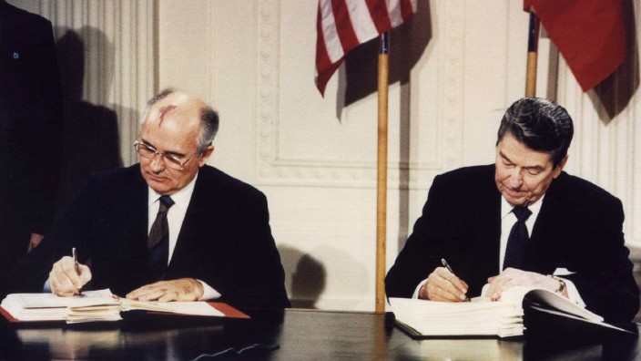 FILE PHOTO OF FORMER US PRESIDENT REAGAN WITH FORMER SOVIET LEADER GORBACHEV AT THE WHITE HOUSE