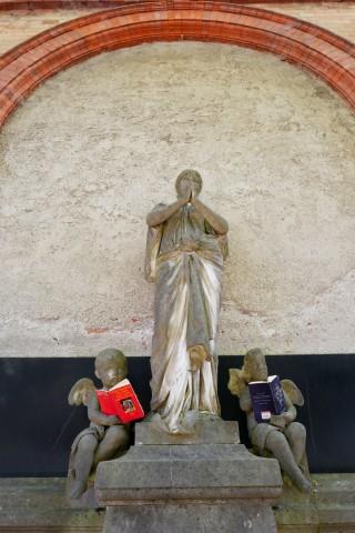 Lesen auf dem Alten Südfriedhof in München, 2019