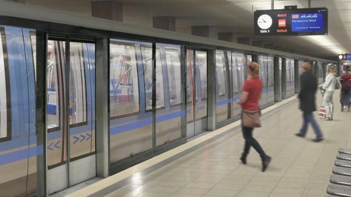 Die automatischen Bahnsteigtüren sollten auch dafür sorgen, dass nichts und vor allem niemand mehr auf Gleise fallen kann.